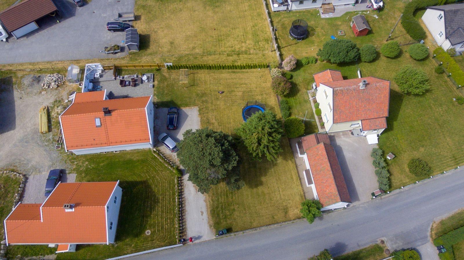 Solrik flat tomt for enebolig sentralt beliggende i rolig barnevennlig område i Sarpsborg.