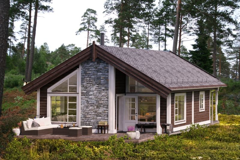Sporty arealeffektiv hytte med 24 m2 hems. Utsikt over innsjø. Flotte turområder og sandstrand. 3 sov + hems
