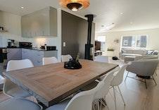 Lys og åpen stue og kjøkken med god plass til spisegruppe på kjøkkenet. (Bildet er tatt fra et tilsvarende prosjekt på Hamar og vil avvike noe fra prosjektet på Yttervegen.)