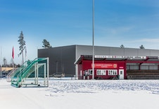 Flerbrukshallen og fotballstadion rett ved siden av boligfeltet.