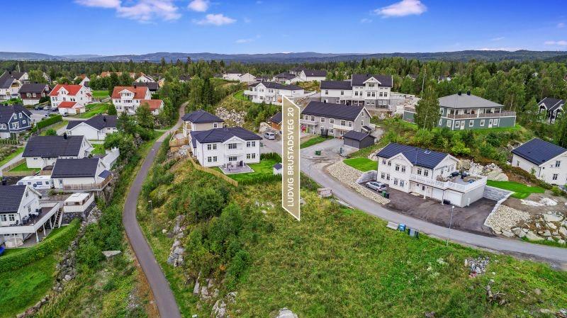 ELTONÅSEN // Moderne og innholdsrik familiebolig // populært boligområde // mulighet for hybel/praktikantdel // siste tomt på etablert byggefelt