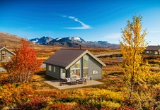 Kvarstad - dette er kun en illustrasjon av en tenkt hytte på tomten. Illustrasjonen vil vike fra virkeligheten og gjengir ikke korrekt tomt og beliggenhet