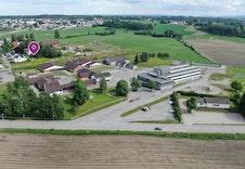 Nordahlvegen 36 er markert i bildet. Arstad barne og ungdomskole er nærmeste nabo.