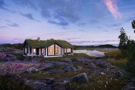 Praktisk hytte med 3 soverom, stor stue/kjøkkenløsning og fin hems for barna.