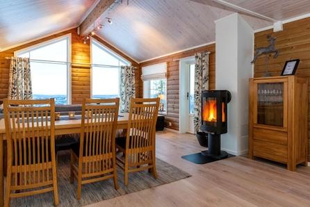 SKEIKAMPEN - romslig familiehytte med 3 sov og hems. Fint beliggende på stor, solrik tomt på Skei. Langrennski in/out.