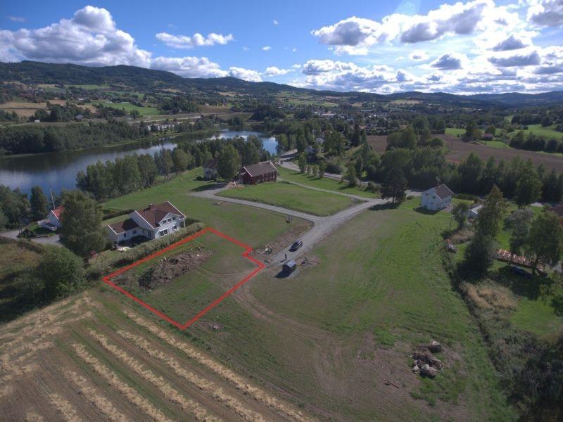 Jarhaug/Gran - Sentrumsnær eneboligtomt i nærheten av Jarenvatnet - Gode sol og utsiktsforhold - Barnevennlig - Gode rekreasjonsmuligheter.