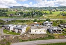 Hus 1, 2 og 4 er utsolgt. Hus 3 er under oppføring og har 3 ledige. Hus 6 er ferdig bygd og har en ledig. Hus 5 har én ledig leilighet på bakkeplan.
