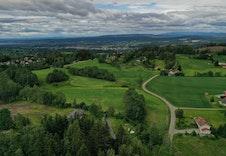 Bølgende landskap som Haugsbygd er kjent for.