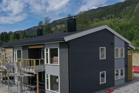 1 ledig! Innholdsrik og fleksibel bolig med carport, sportsbod, stor uteplass og felles fritidsområde.