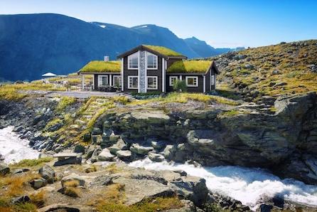 GEILO - Stor oppstuggu familiehytte prosjektert i nytt hytteområde. Flott utsikt/gode solforhold. Kort vei til Kikut/Geilo. Skiløype gjennom området.