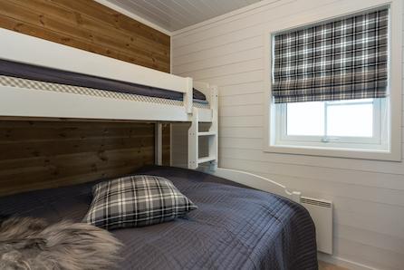 Norefjell Vest/Djupsjø-Haugan - Meget romslig hytte med mønt himling i stue. Stor selveiet tomt.