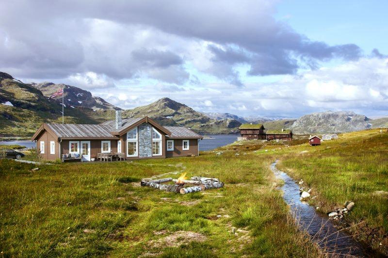 Norefjell Vest/Djupsjø-Haugan - Meget romslig hytte med mønt himling i stue. Stor selveiet tomt. Flott utsikt mot Djupsjøen med skiløyper i umiddelbar nærhet. Kort vei til alpinanlegg på Norefjell.