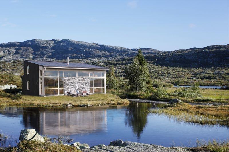 Moderne nøkkelferdig hytte et steinkast fra sjøen på Sandøya.
