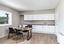 Tidløs kjøkkeninnredning og plass til et godt spisebord