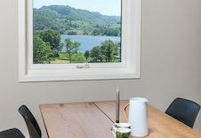 Lys og utsikt ifm vindu over spisebordet