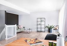 Romslig stue/kjøkken med flere møbleringsmuligheter.