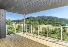 Stor overbygd terrasse med nydelig utsikt