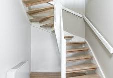 Trapp til underetasjen og soverommene. Vifteconvectoren er plassert her for god utnyttelse av varmen