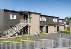 Inngangssiden av bygg 2 (leilighetene til venstre). En kan skimte felles garasjen til høyre i bildet). *Illustrasjon vil avvike fra virkeligheten
