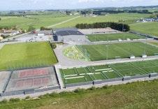 Dronefoto av idrettsanlegget som ligger kort vei unna.