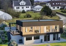 Illustrasjon av boligen med virkelige nabohus i bakgrunnen.