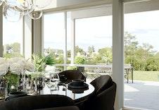 De store vinduene og den gode takhøyden gir en herlig romfølelse. Dette er kun en illustrasjon og kan avvike fra standard leveranse.