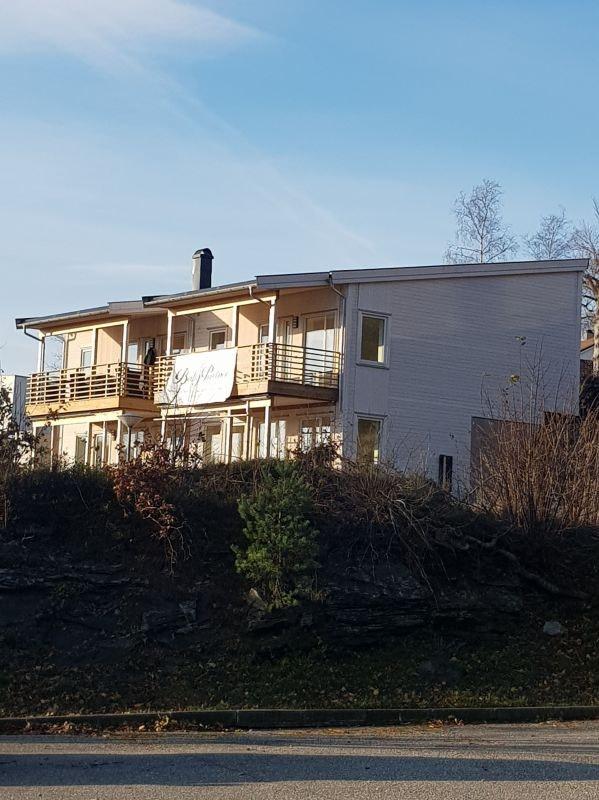1 solgt - Flott 1/2 part av nyoppført 2 - mannsbolig, solrikt beliggende på Ådland