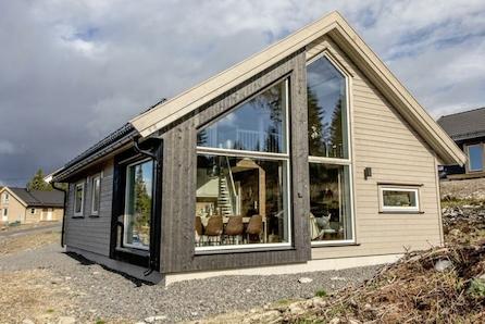 Kvamskogen- Prisgunstig hytte med hems. Totalt 85 kvm. Sentral beliggenhet. Sommer og vinter parkering rett ved tomten.