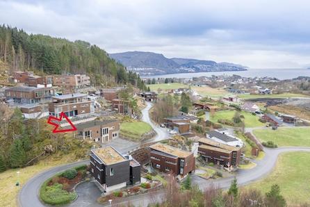Frekhaug - Moderne bolig med utleieleilighet. Solrik tomt med utsikt mot sjø, Ta kontakt for visning.