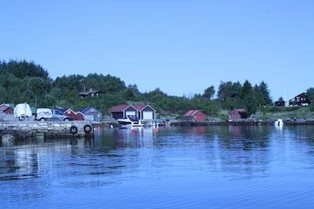 Lindås - Flott hytte på ett plan med båtplass! Solrik tomt med sjøutsikt! Mulighet for nausttomt.