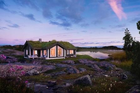 Familievenleg hytte med 3 soverom, hems og TV stove.