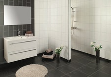 Bad standard: Baderomsplater på vegg, og 20x20 fliser på gulv. Mogleg å gjere eigne val.