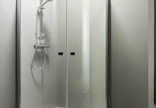 God standard på dusjveggar, garnityr og servantbatteri. Sjå tilvalgsbrosjyre for alternativ.