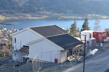 Halvpart av tomannsbustad - Skjerma hage med 35kvm. terrasse - Utsikt - Carport - Sportsbod - Roleg beliggenheit.