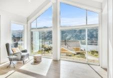 Store vindu som gir mye lys og utsikt fra andre etasje!