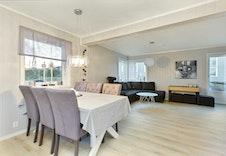 Tomannsbustad med god plass til spisestue og sofakrok. Foto frå Hus 3.