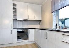 Kjøkken med kvitevarer som følger med. Foto frå Hus 3.
