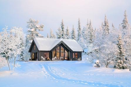STRANDAFJELLET: Familiehytte med store vindu på stor og solrik tomt!