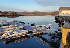 Flott marina med mulighet for båtplass og naust.