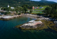 Marina, fotballbane, badeplass og kaffe, kun noen hundre meter fra hytten