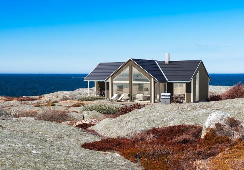 FEVÅG - Portus med 3 soverom med hems. Egen tomt med fantastisk sjøutsikt og særdeles gode solforhold.