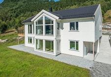 Stor og moderne enebolig med utleiedel. Illustrasjon av boligen, - avviker fra virkelig miljø