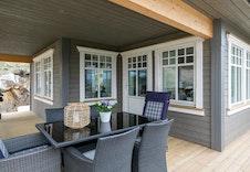 Kundetilpasset Midtgaard.De to verandaene med flotte uteplasser under gir Midtgaard en stilren og flott fasade - dette er absolutt et hus som er verdt å sjekke ut!