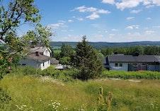 Bilde av eiendommen sett mot  øst. Her ser du litt av Glomma.