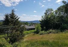 Bilde av eiendommen sett mot sør-øst. Her ser du litt av Vingersjøen.