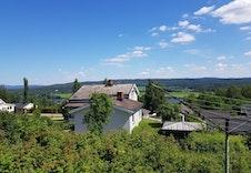 Bilde av eiendommen sett mot øst.