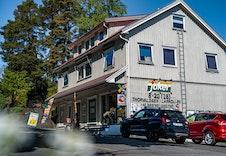 Nærmeste matbutikk, som også har søndagsåpent, ligger bare et par km unna eiendommen.
