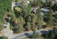 Dronebilde tatt fra syd med Kurefjordveien i front av tomten.