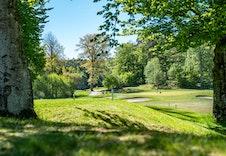 18-hulls golfbane ligger mindre enn ti minutters kjøring fra tomten.