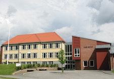 Vang barneskole ligger ca 3 km fra tomten. Ligger rett ved Hausbygd ungdomsskole.